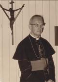 Bischof Kaiser vor einem Coesfelder Kreuz