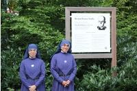 vor der Gedenktafel am Waldfriedhof