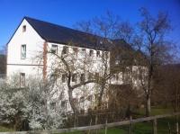 Blick vom Hang auf die Villa und der angebaute Noviziatsflügel