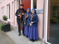 Pfarrer Trautmann überreicht Coesfelder Kreuze an die Schwestern