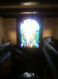Treppenhaus mit bleiverglastem Fenster